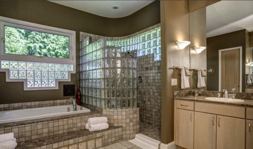 перегородки из стеклоблоков в интерьере ванной компания